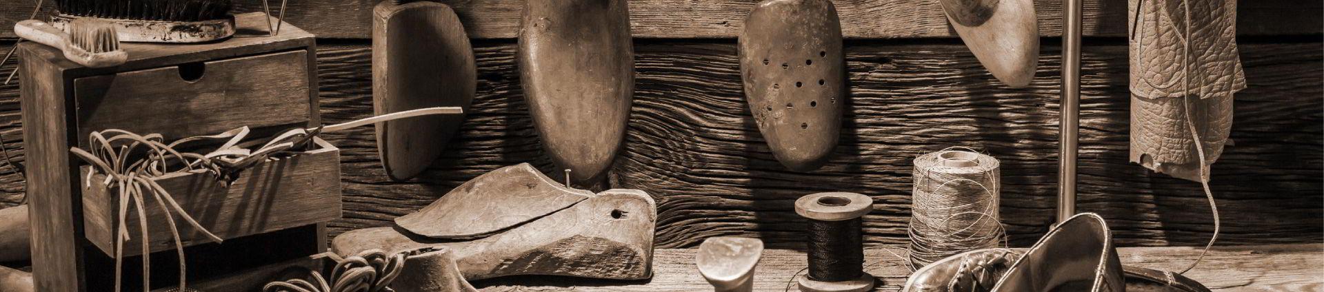 Mesa con herramientas de calzado